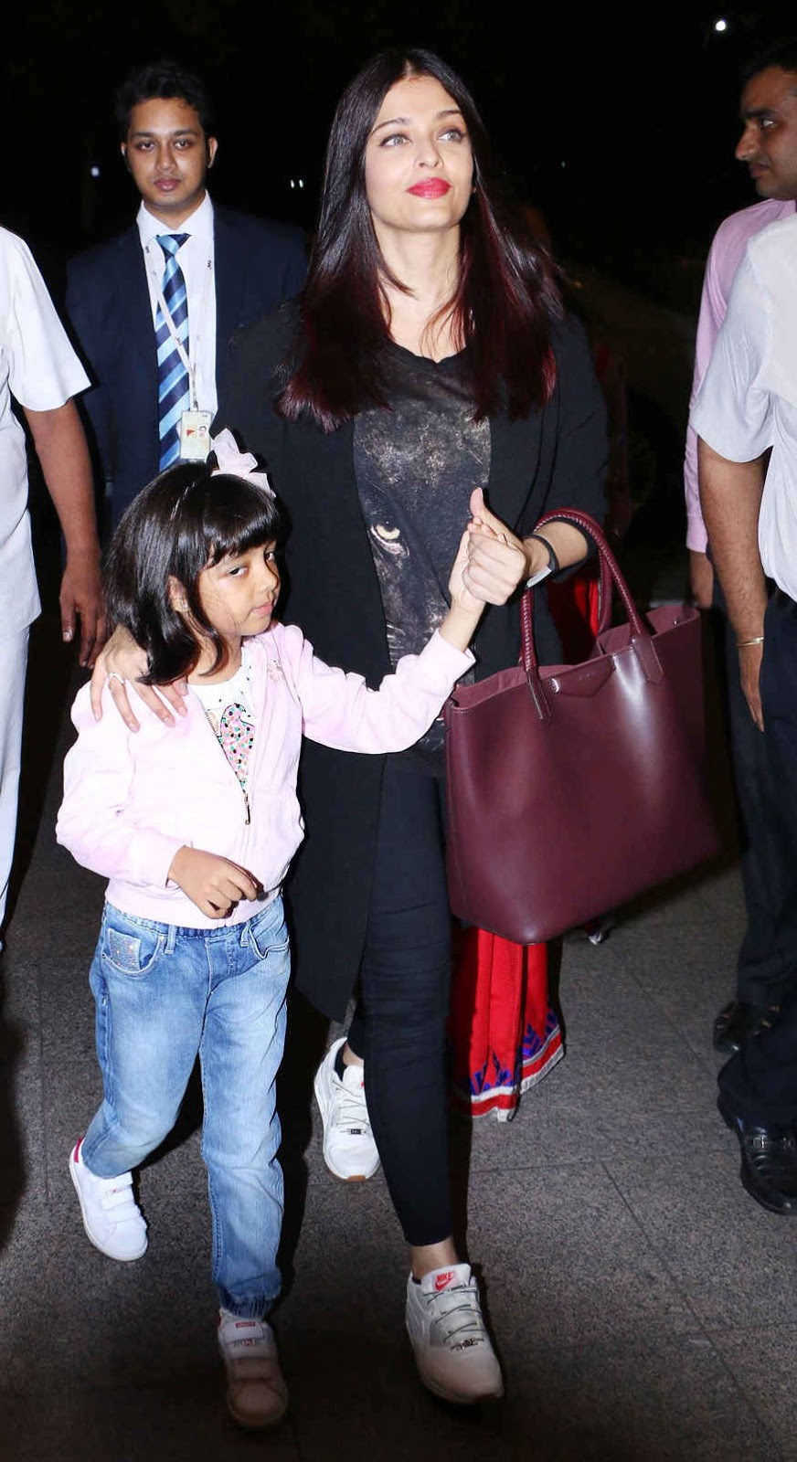 Aishwarya Rai Bachchan with Daughter Aaradhya at Mumbai Airport