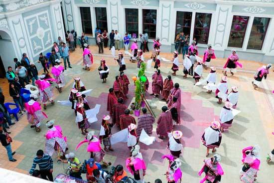 Tarabuco, al ritmo del Pujllay y el Ayarichi