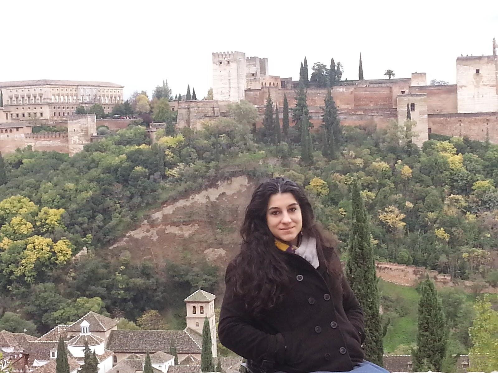 Mulher com a cidade de Alhambra ao fundo, em Granada