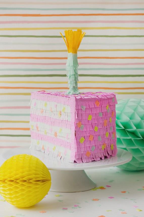 Piñata con forma de pastel