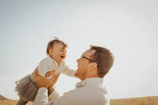 Papa heureux avec son enfant