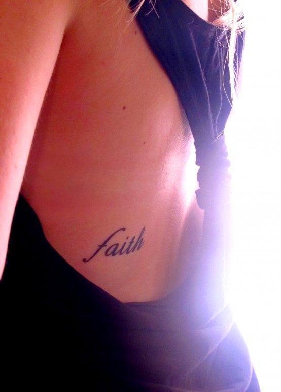 vemos el costado de una chica con vestido de noche, lleva tatuaje de palabra
