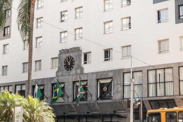 Um relógio em um hotel