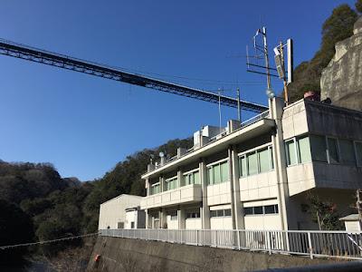竜神ダムの上空に見える竜神大吊橋