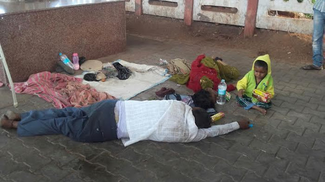 Bocah Ini Terus Saja Bermain Di Dekat Jenazah Orang Tuanya Yang Dikira Masih Tidur