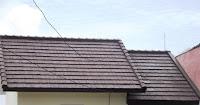 genteng beton terlihat minimalis pada atap rumah