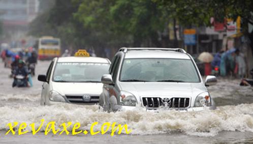 Kinh nghiệm lái xe ôtô khi trời mưa, đường bị ngập nước