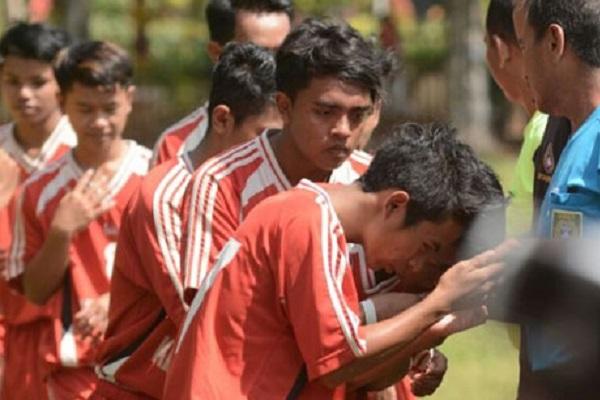 Hanya Santri, Pemain di Final Liga Santri Nusantara Cium Tangan Wasit Sebelum Bertanding