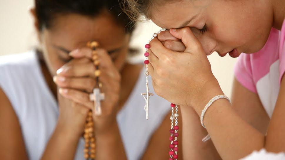 Resultado de imagen de rezando rosario