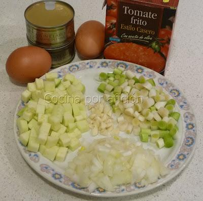 calabacín, ajos tiernos, ajos, cebolla, huevos, tomate, atún