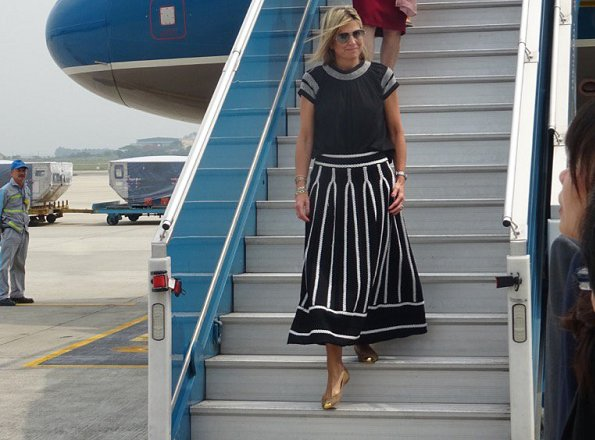 Queen Maxima wore MAJE jamais embroidered stretch jacquard knit skirt and Giuseppe Zanotti gold flats. Queen wore Natan dress