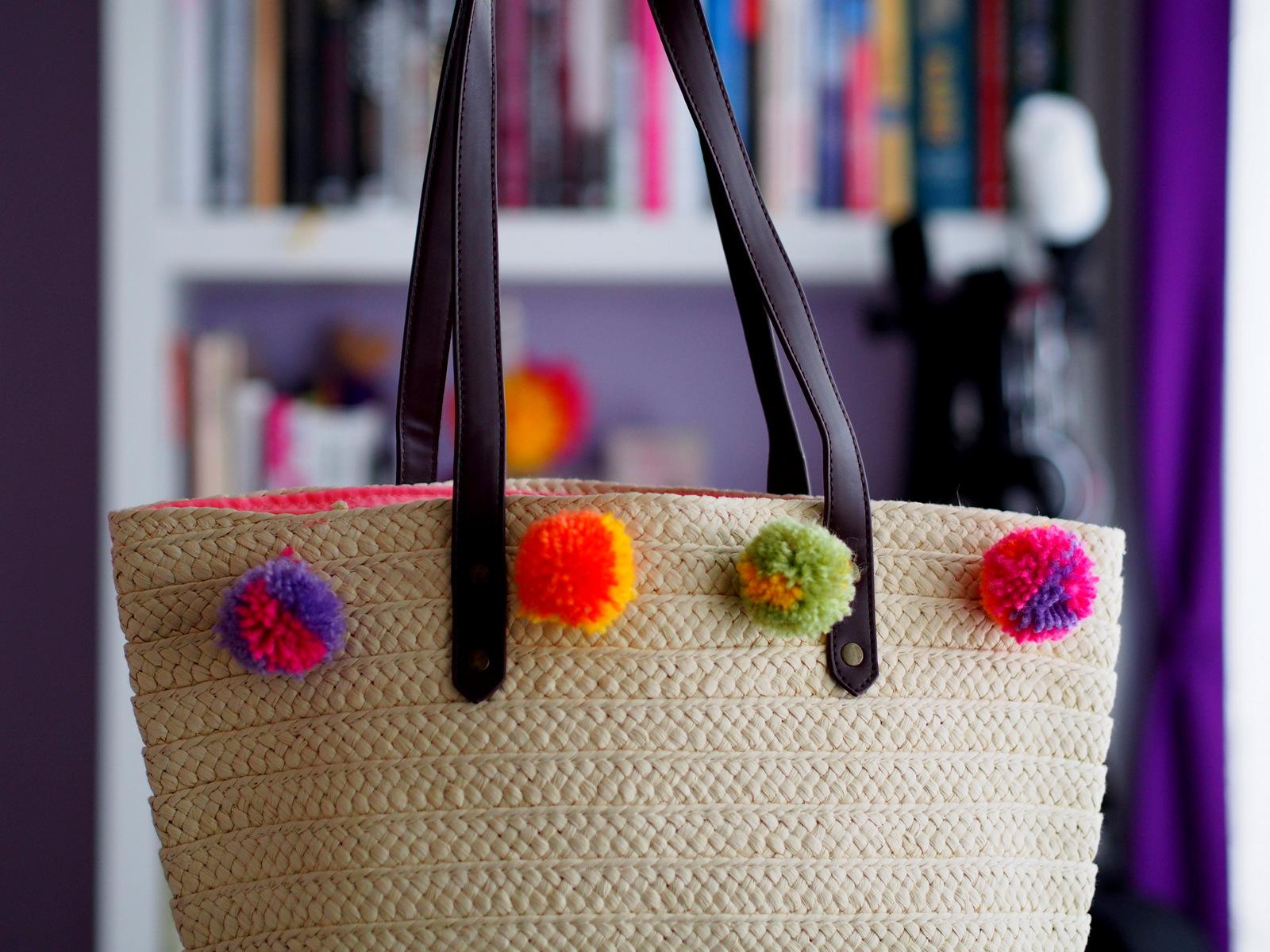 DIY: prírodná slamená kabelka s brmbolcami // pom pom straw tote
