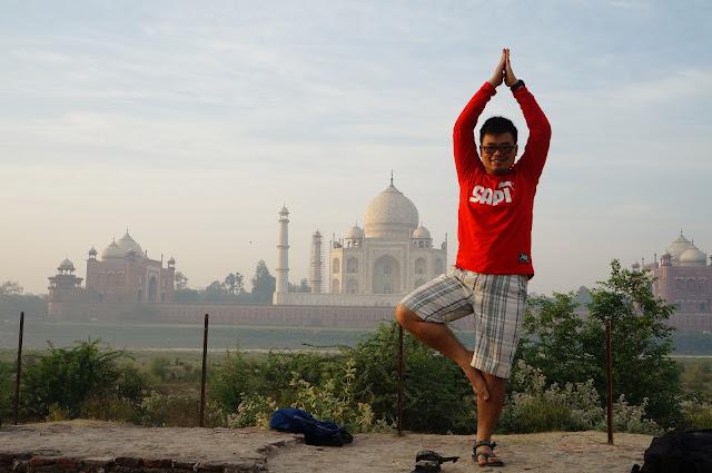Pose Yoga di mehtab Bagh