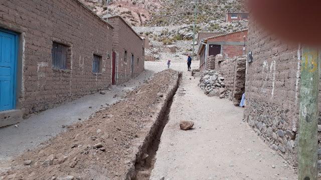 Esmoruco hat endlich sein Großprojekt für die Trinkwasserversorgung bekommen. Aus 23 Kilometer wird das Wasser aus den Bergen in unser Dorf geleitet. Alle helfen beim Graben mit. Auch die Frauen nehmen die Hacke in die Hand.