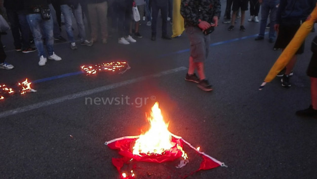 Γενοκτονία Ποντίων: Καίνε τουρκικές σημαίες στη Βουλή! [vids, pics]