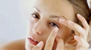 Cara aman memakai lensa kontak (softlens)