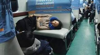 Gunakan Bantal Ketika Tidur di Kereta