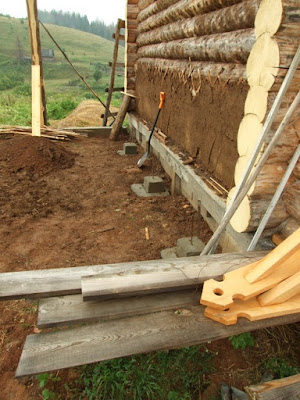 опоры столбов около стены дома