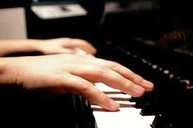 Học đánh đàn piano khai mở cảm xúc