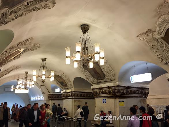 nakışlı, işlemeli, gösterişli avizeli Moskova metrosu