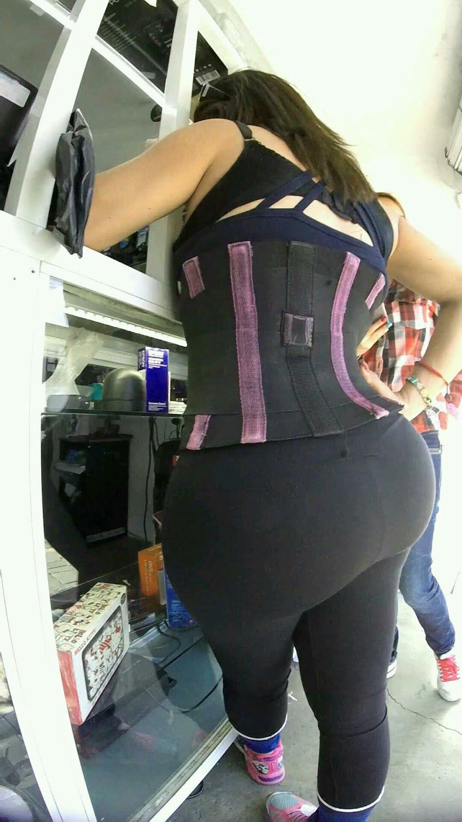Culona de leggins negros en fila pagando claro - 2 part 6