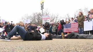 Adolescentes protestam e se deitam em frente à Casa Branca