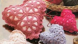 Alfiletero con forma de corazón tejido al crochet