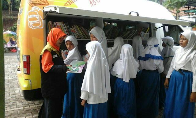 Mobil Perpustakaan Keliling Adira Ins-RZ Berkunjung ke MDTA Cikuasa