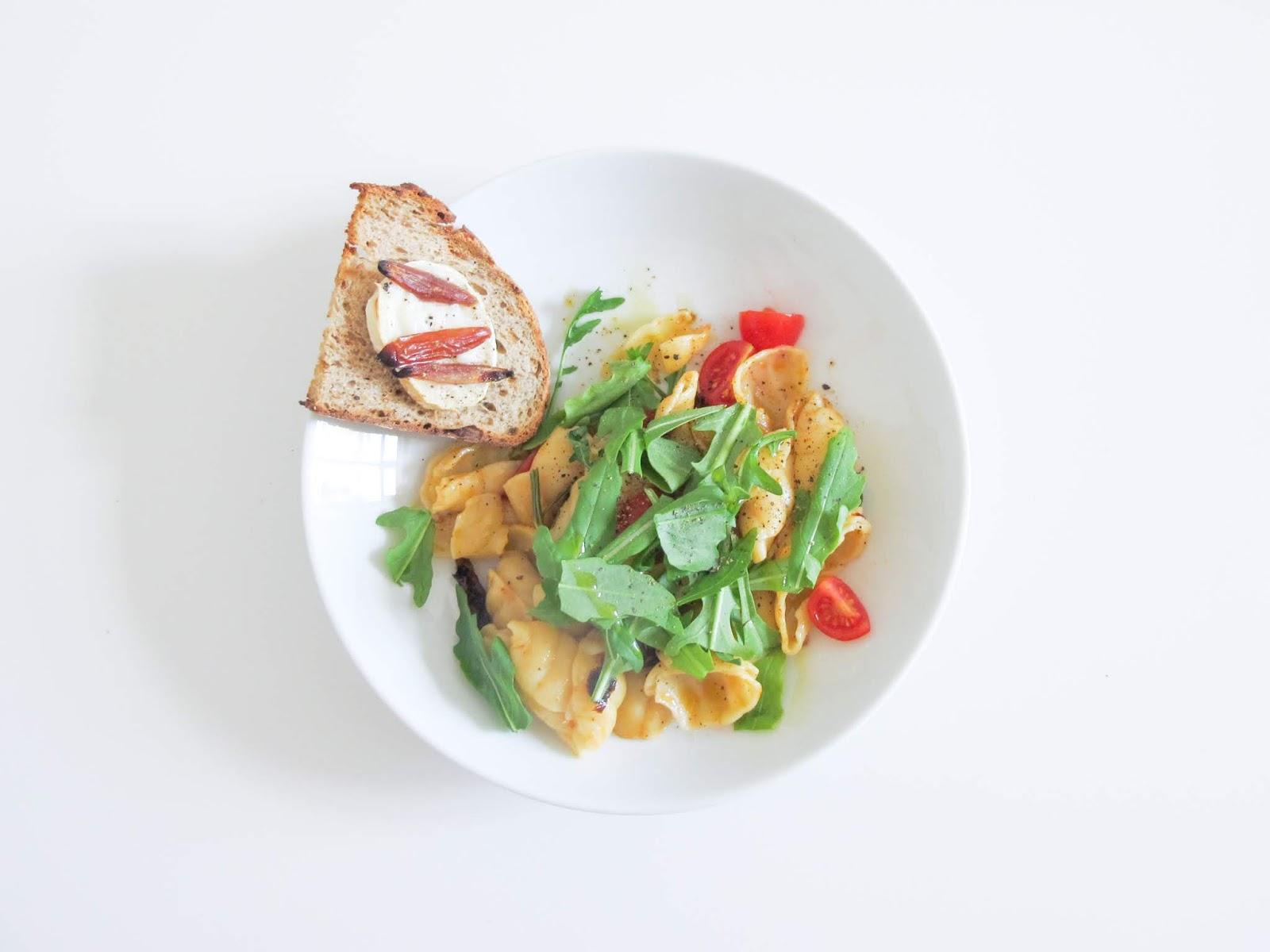 Lauwarmer Nudelsalat Mit Getrockneten Tomaten Und Dazu Geröstetes