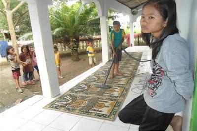Gotong-royong Membersihkan Masjid