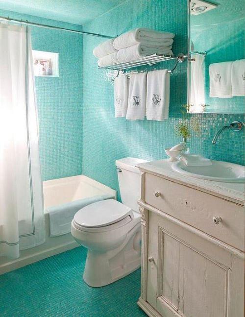 warna cerah untuk kamar mandi kecil