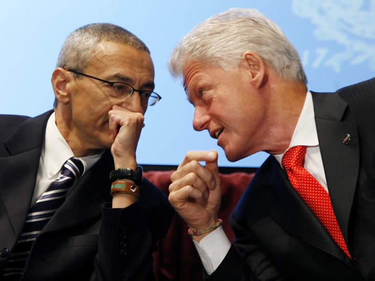 John Podesta y BIll Clinton. Podesta es un impulsador de la Divulgación del Tema OVNI, esperemos que lo siga siendo cuando esté en el poder.