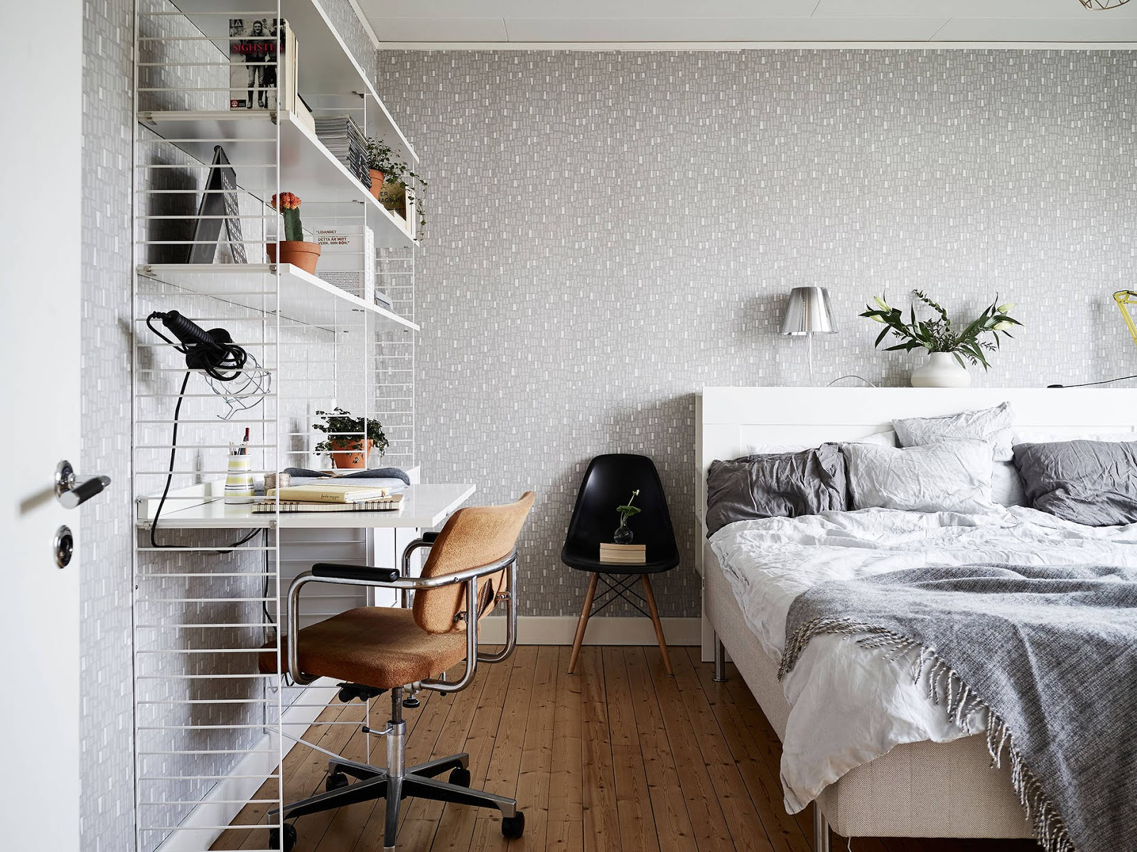 biurko w sypialni, toaletka w sypialni, miejsce do pracy w stylu skandynawskim