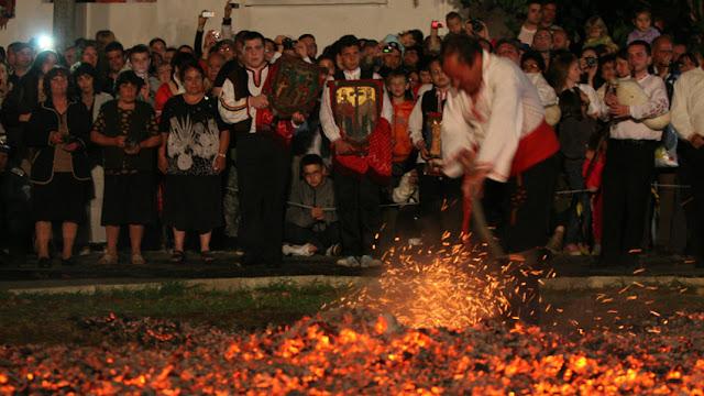 Nestinari Bulgaria bailar sobre brasas en el nestinarstvo