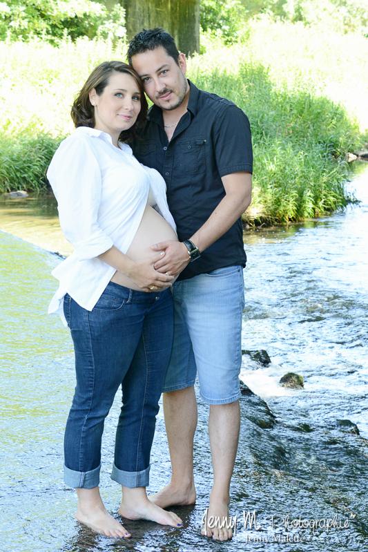 photo de couple, les pieds dans la rivière, en attendant bébé