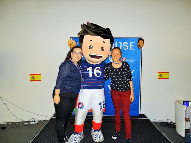Photo souvenir avec Super Victor, mascotte de EURO 2016