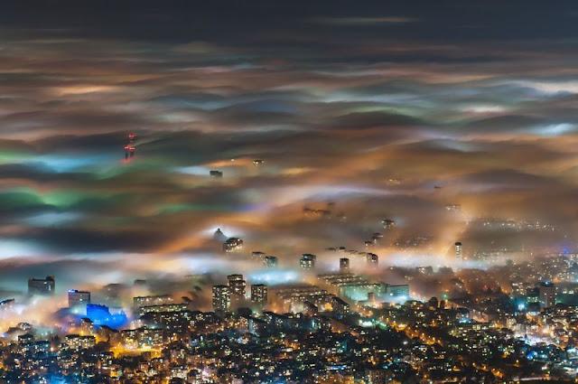 ciudad bajo neblina
