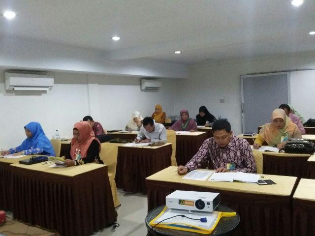 Sejumlah guru mata pelajaran berprestasi jenjang SMA dan SMK, saat mengikuti ujian seleksi guru berprestasi tingkat provinsi Aceh tahun 2016, Minggu, 27/11/2016.