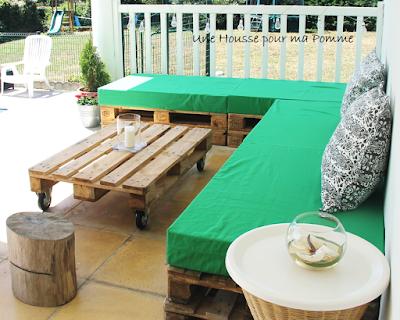 4 housses 120 x 80 x 15 cm pour pain de mousse de même dimensions (non fournis), le tissu utilisé est un tissu coton coloris vert prairie, avec fermeture éclair au dos avec retour pour une insertion de la mousse plus simple. Le client a construit ce canapé à l'aide de 8 palettes Europe. Pour finir quelques coussins ont été posés en guise de dossier.