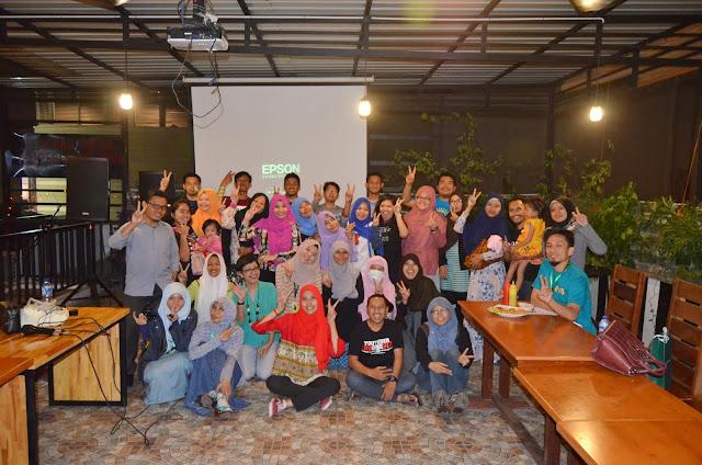 Keseruan foto bareng selesai acara Durian Blogger Medan