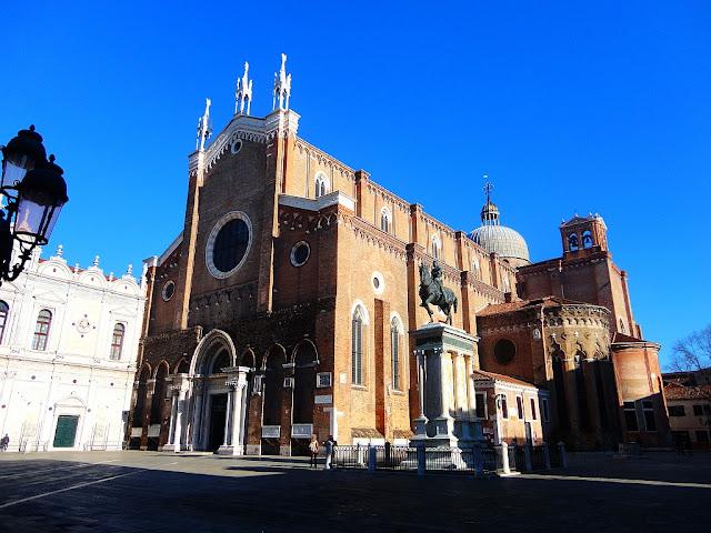 K čemu jsou pruhy na náměstí Campo Santi Giovanni e Paolo