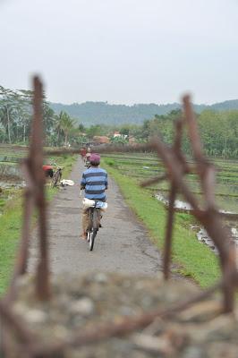 orang naik sepeda