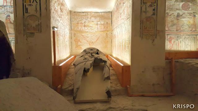 interior y sarcófago de la tumba de ramses VI en el valle de los reyes de egipto