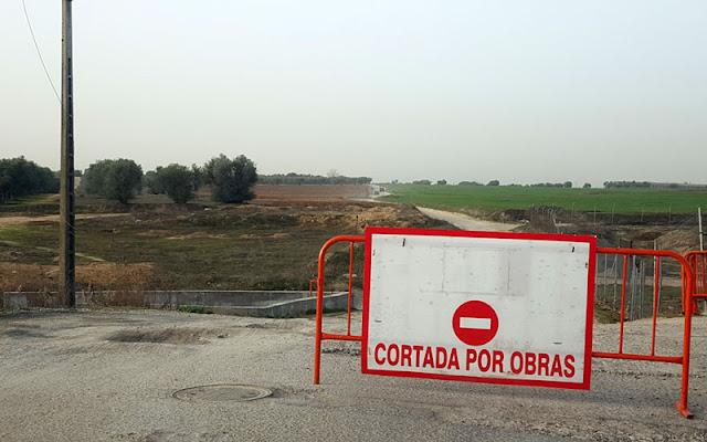 Camino de EL Señorio de Illescas al recinto ferial con el cartgel de cortado por obras