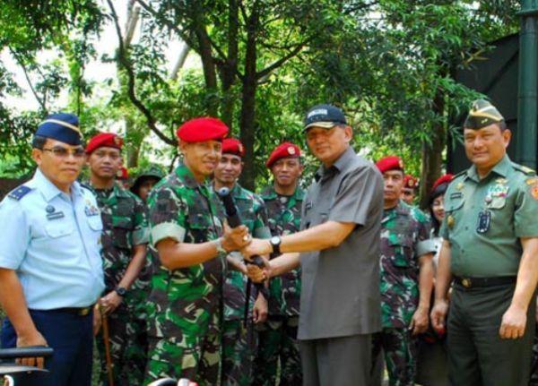 Wamenhan serahkan senjata HK MP5 kepada Kopassus