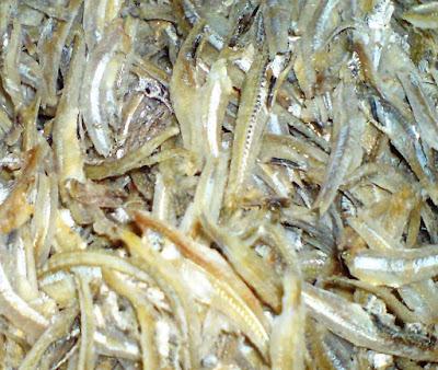 hari ini aku membeli ikan bilis dan apabila hingga di rumah aku gundah dikala ingin mem Resepi Rempeyek Kacang Tanah dan Ikan Bilis Mudah