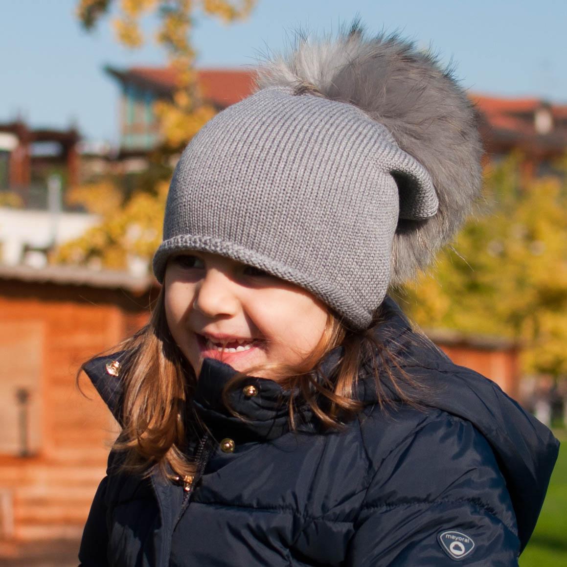 Cuffie e cappelli di lana e cotone vengono poi impreziositi dagli iconici  pon pon cfa932693244
