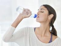 Jika Terus Minum Sambil Berdiri, 7 Bahaya Ini Akan Menghampirimu
