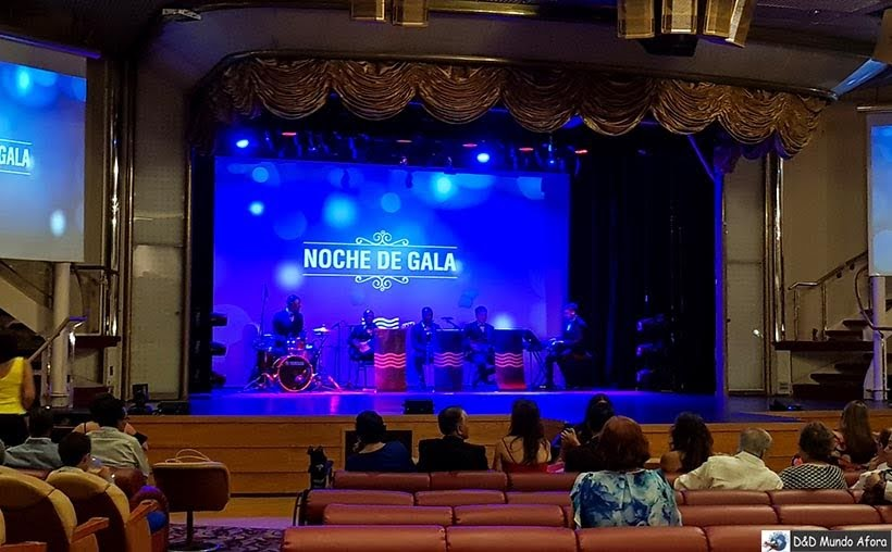 Espetáculo no teatro do navio - Diário de Bordo: cruzeiro pelo Caribe