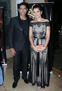 Foto Tarun Khanna dengan Istrinya Smrti Khanna